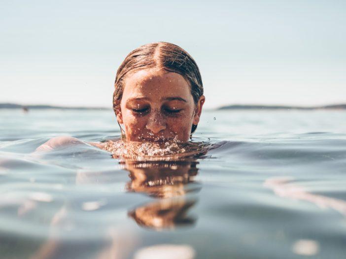 Frau im Wasser, froh